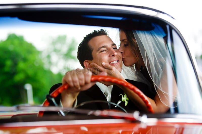 Una novia que besa a su novio imagenes de archivo