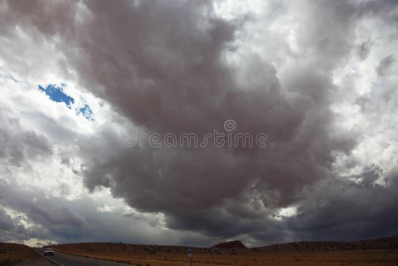 Una nube oscura enorme en el camino imágenes de archivo libres de regalías