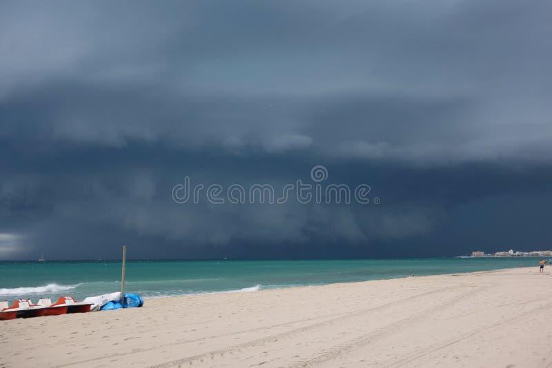 Una nube oscura grande sobre el mar Mediterráneo fotografía de archivo