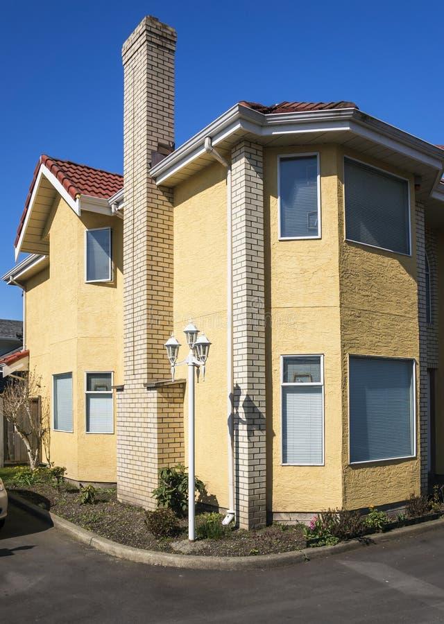 Casas urbanas modernas imagen de archivo libre de regalías
