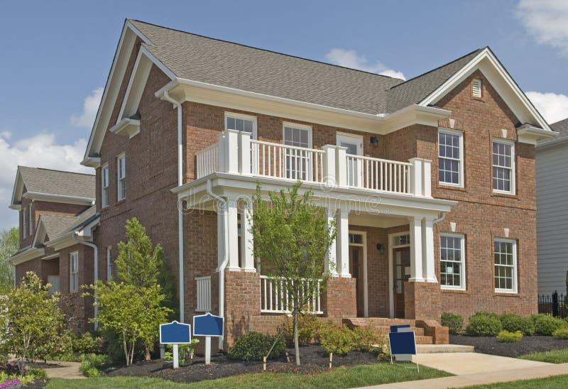 Una nuova casa di lusso di due storie da vendere fotografia stock immagine di cielo mattone - Vendere una casa ricevuta in donazione ...