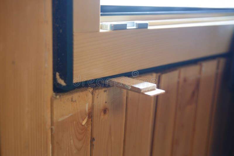 Una nuova finestra di legno di tre lastre di vetro che è istalled fotografia stock libera da diritti