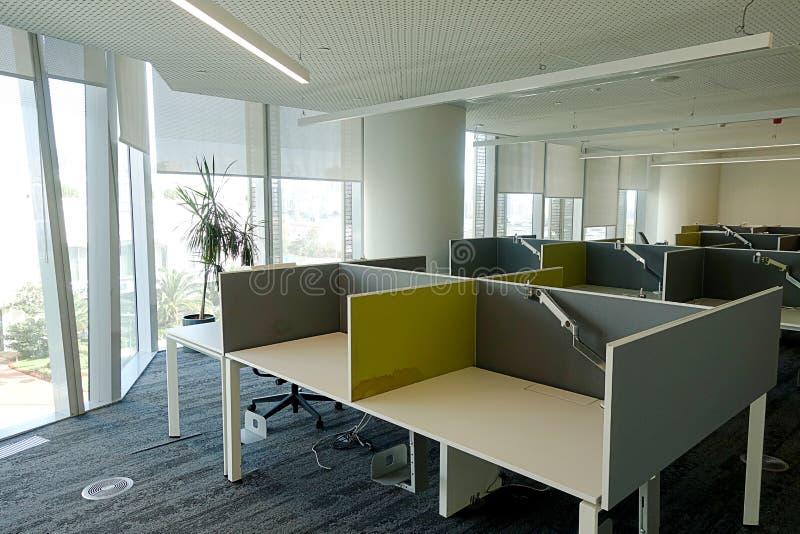 Una oficina abierta con las tablas vacías separadas imágenes de archivo libres de regalías