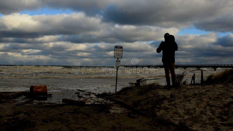 Una onda de visión masculina del mar en día de año nuevo fotos de archivo
