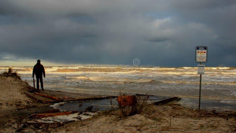Una onda del mar de la visión del hombre en día de año nuevo imágenes de archivo libres de regalías