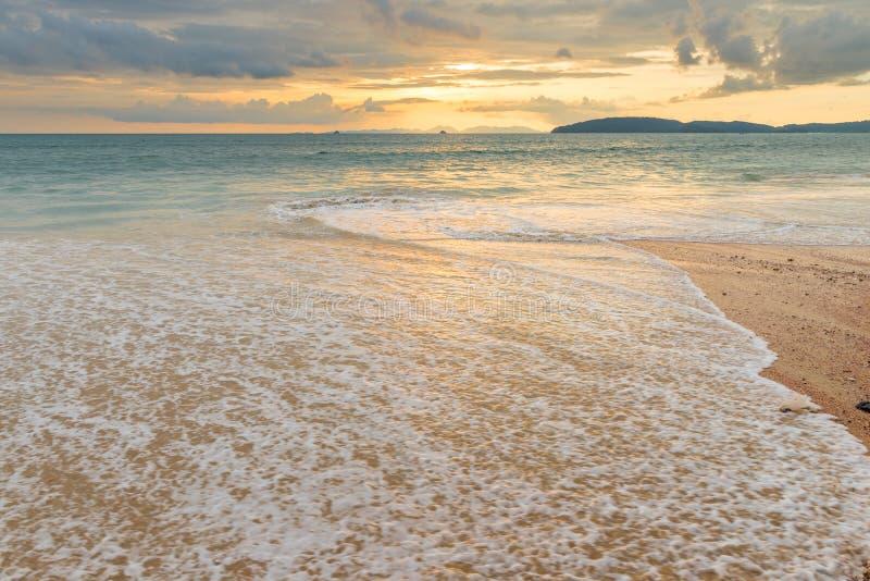 una onda del mar en la playa arenosa de Ao Nang en Tailandia, un beautifu fotos de archivo libres de regalías