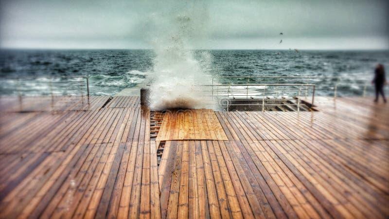 Una onda se estrella sobre el paseo marítimo en Odessa, Ucrania - UCRANIA - ODESSA fotos de archivo libres de regalías