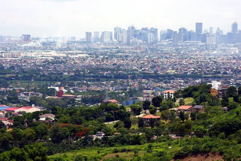 Una opinión aérea edificios comerciales y residenciales y establecimientos en las ciudades de Cainta, de Taytay, de Pasig, de Mak imagen de archivo