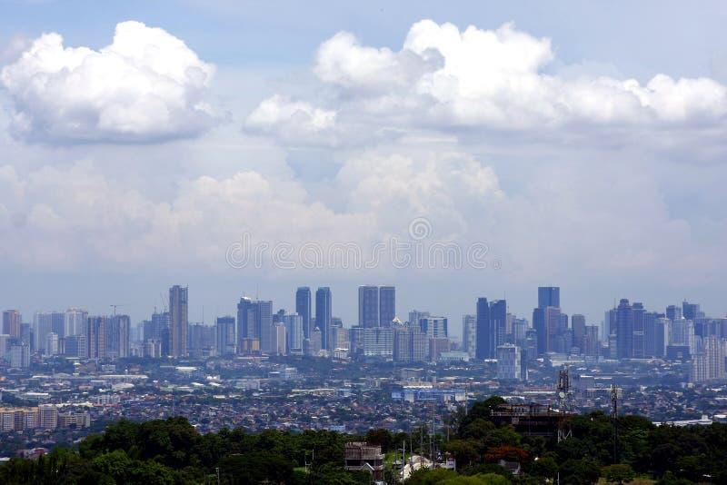 Una opinión aérea edificios comerciales y residenciales y establecimientos en las ciudades de Cainta, de Taytay, de Pasig, de Mak fotografía de archivo libre de regalías