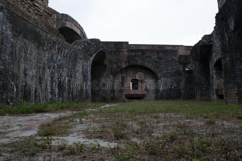 Una opinión antigua de las ruinas fuera del fuerte Pickens imagen de archivo