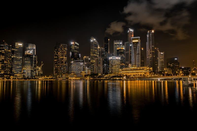 Una opinión de la noche de la bahía del puerto deportivo del ` s de Singapur imágenes de archivo libres de regalías