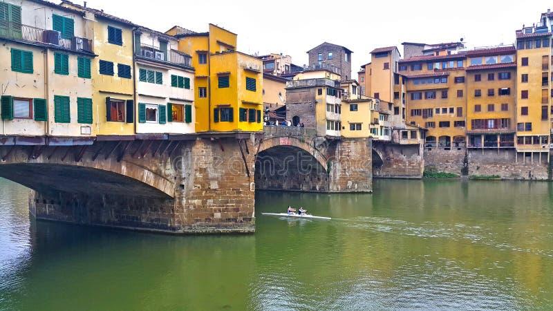Una opinión de la noche y del día del puente famoso del vecchio del ponte en el río Florencia de arno foto de archivo libre de regalías