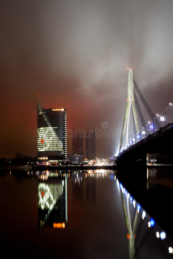 Una opinión de la tarde al puente de Vansu y a las jefaturas de Swedbank fotos de archivo libres de regalías