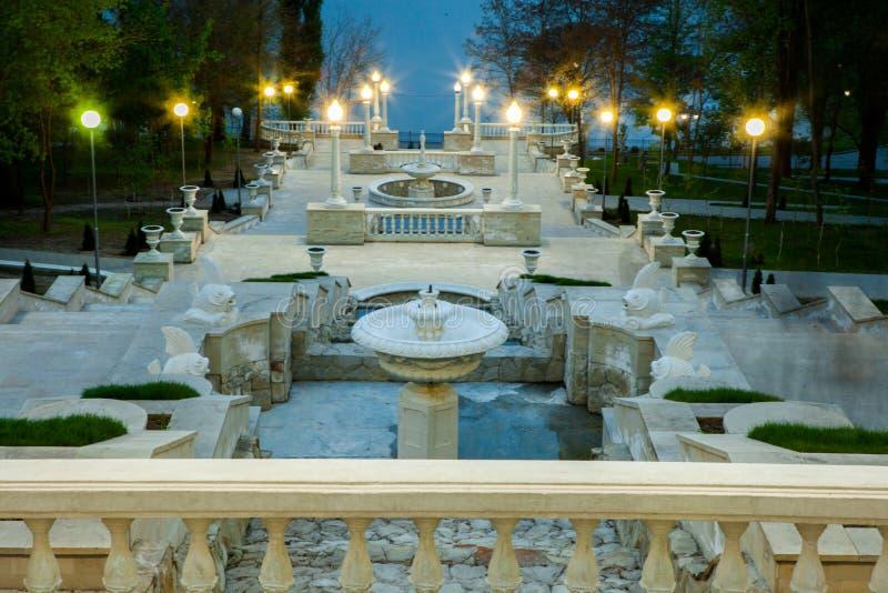 Una opinión de perspectiva sobre las escaleras hermosas de un parque de la ciudad en Chisinau, el Moldavia foto de archivo libre de regalías