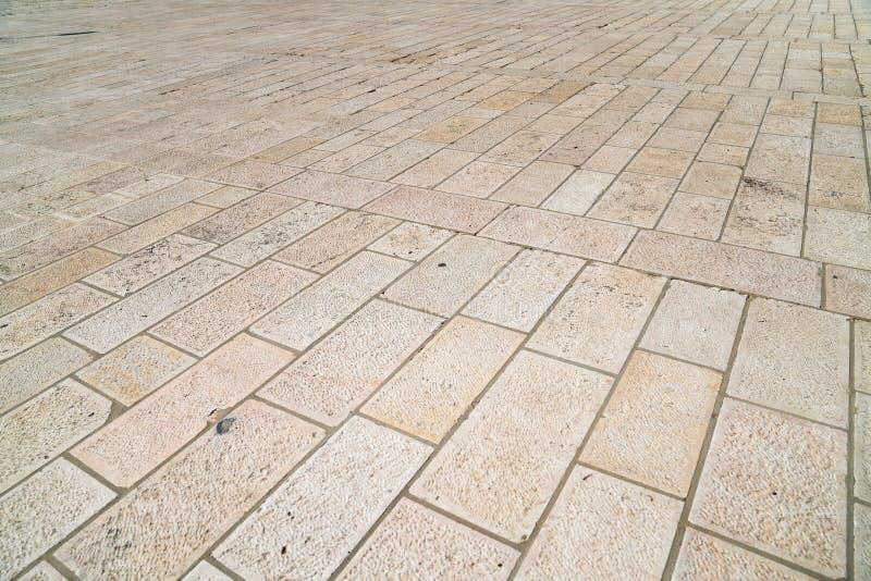 Una opinión de perspectiva de un nuevo ladrillo de la piedra caliza Teja de la acera, la textura de la acera en la Explanada de l foto de archivo libre de regalías