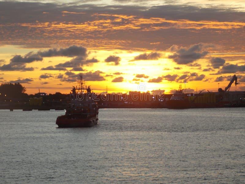 Una opinión del cielo de la puesta del sol fotos de archivo