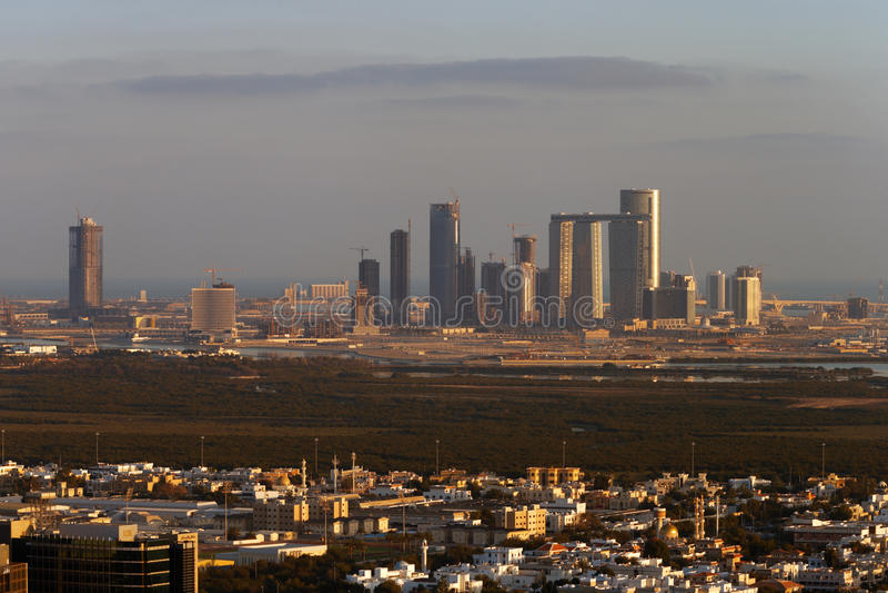 Una opinión del horizonte Abu Dhabi, UAE en la oscuridad, mirando hacia Reem Island fotografía de archivo libre de regalías