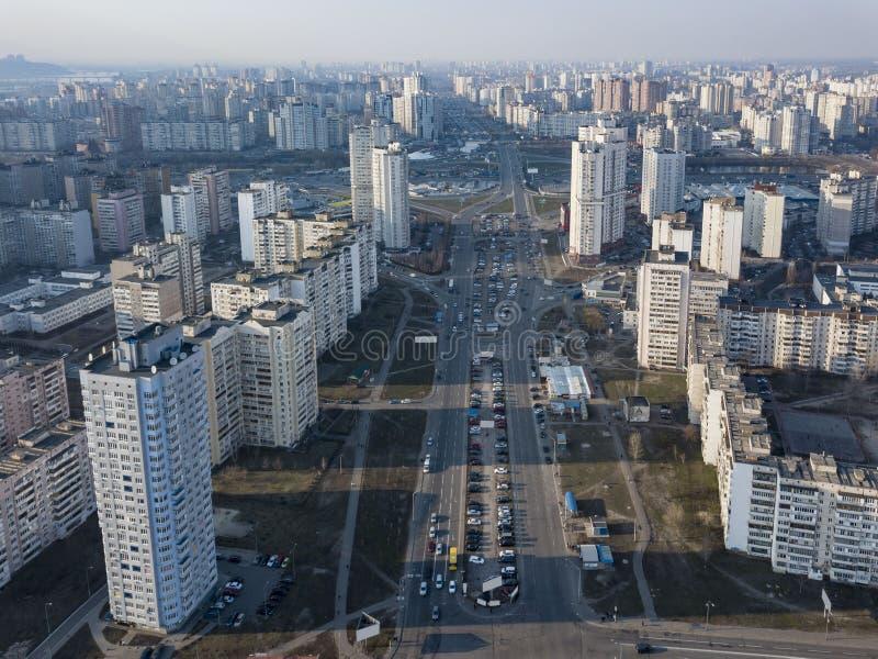 Una opinión del ojo de pájaro del abejón al distrito del kyi del Darnyts de Kiev, Ucrania con los edificios modernos en un día so fotografía de archivo