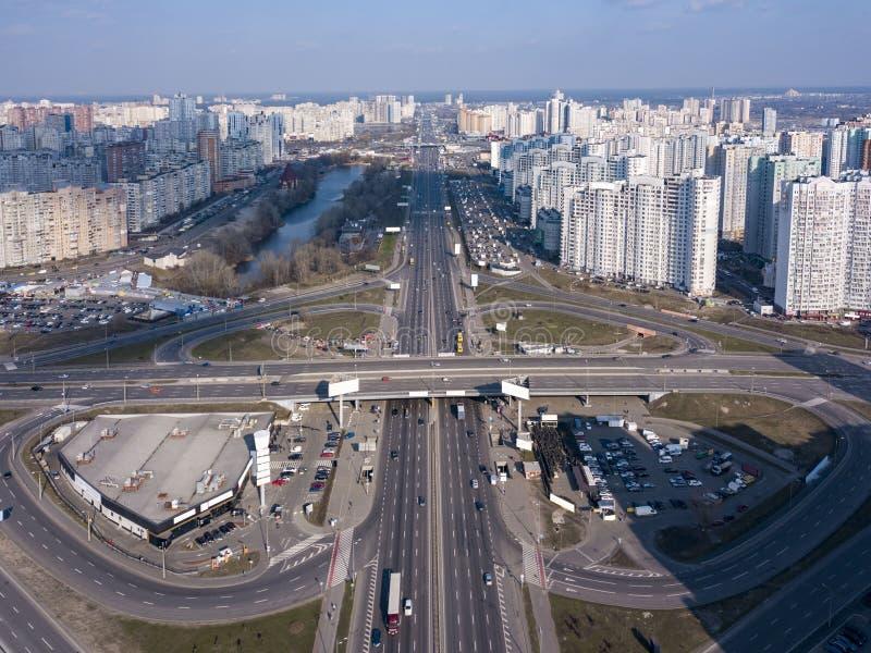 Una opinión del ojo de pájaro, visión panorámica aérea desde el abejón al distrito de Kharkivskiy de Kiev, Ucrania con la carrete imágenes de archivo libres de regalías