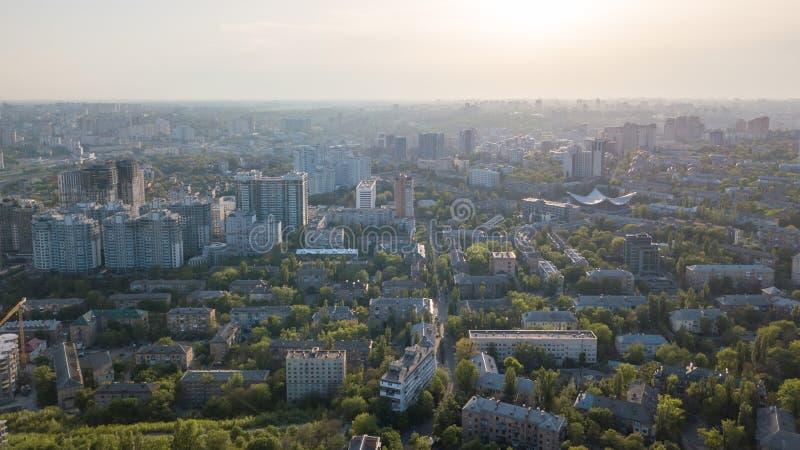Una opinión del ojo del ` s del pájaro, visión panorámica desde el abejón al distrito de Pechersk en la ciudad de Kiev, Ucrania foto de archivo libre de regalías