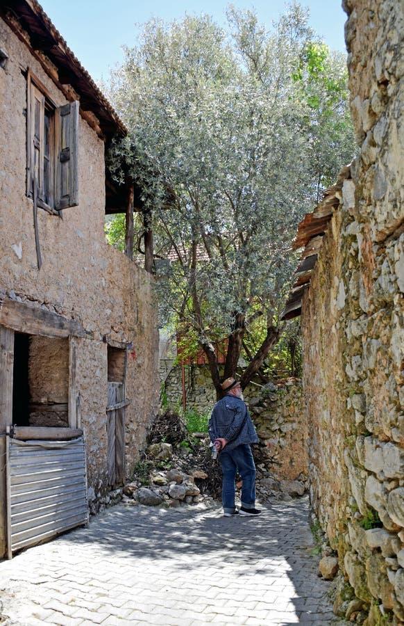 Una opinión del paisaje de casas en un pueblo turco foto de archivo libre de regalías
