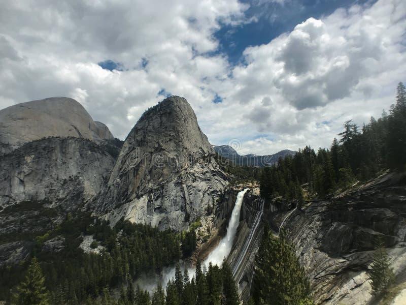 Una opinión granangular Nevada Falls, una cascada en el valle de Yosemite, parque nacional de Yosemite, California fotografía de archivo libre de regalías