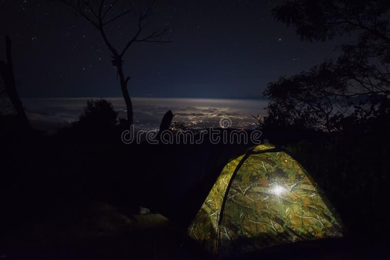 Una opinión hermosa de la ciudad de la noche del soporte Raung del sitio para acampar 7 Raung es el más desafiador de los rastros fotografía de archivo libre de regalías