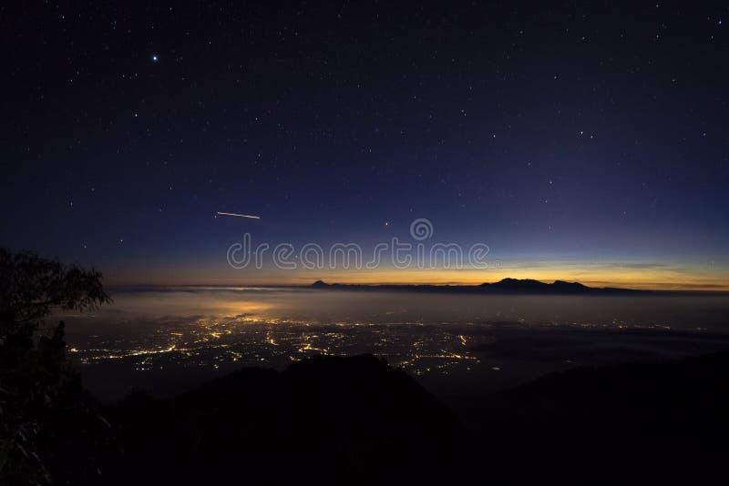 Una opinión hermosa de la ciudad de la noche del soporte Raung del sitio para acampar 7 Raung es el más desafiador de los rastros imagen de archivo
