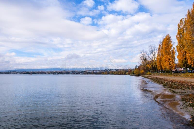 Una opinión otoñal sobre el lago Lemán de Preverenges, Suiza imágenes de archivo libres de regalías