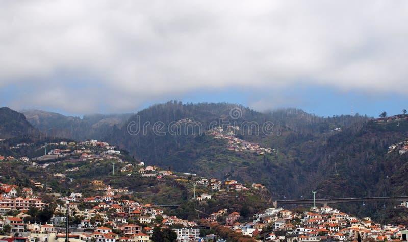 una opini?n panor?mica a?rea del paisaje urbano de la ciudad de Funchal en Madeira con las casas delante del ?rbol cubri? las mon fotos de archivo