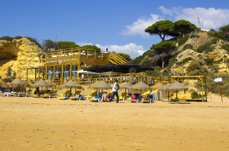 Una opinión sobre Praia hace Inatel en Albuferia con las camas y la arena del sol fotos de archivo libres de regalías