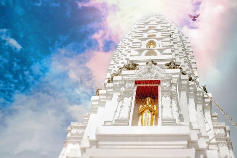 Una pagoda bianca prominente con un bello fondo del cielo fotografie stock