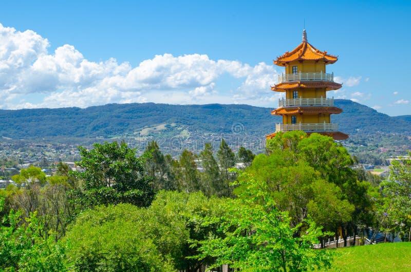 Una pagoda di 8 livelli sulla collina verde nell'area di Nan Tien Temple, Berkeley, Nuovo Galles del Sud fotografia stock