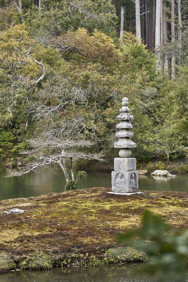 Una pagoda fatta della pietra nel parco del padiglione dorato fotografie stock