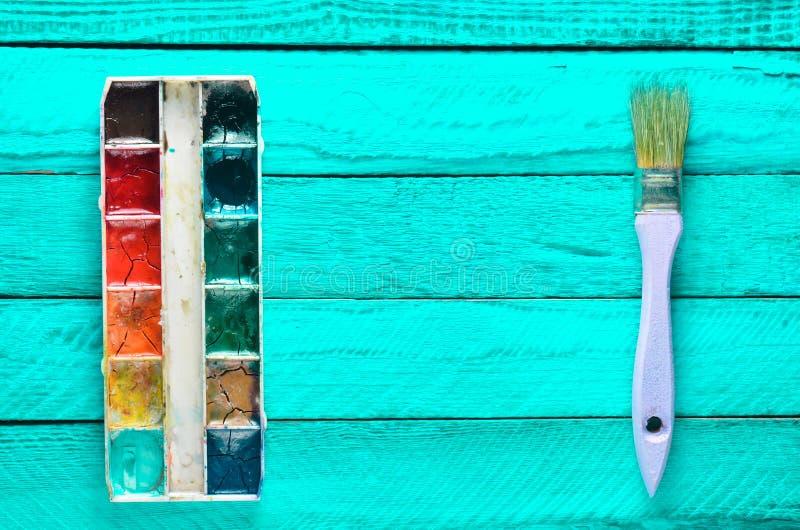 Una paleta de la pintura de la acuarela y un cepillo para - Pintura para pintar madera ...