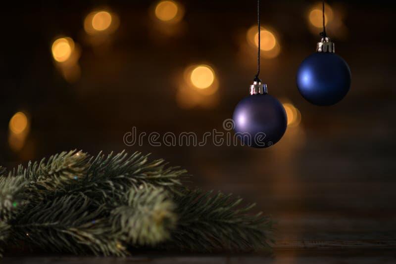 Una palla blu di due Natali e rami attillati immagini stock