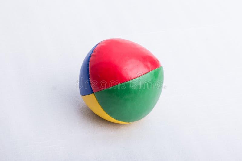 Una palla da giocoliere, su una superficie bianca immagine stock