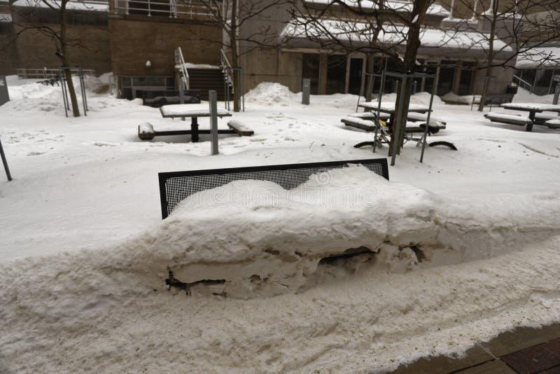 Una panchina sotto la neve al Campus Mall di Madison Wisconsin fotografie stock