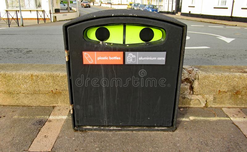 Una papelera de reciclaje plástica de la botella y de la poder del aluminiun en la explanada en Sidmouth, Devon imagen de archivo