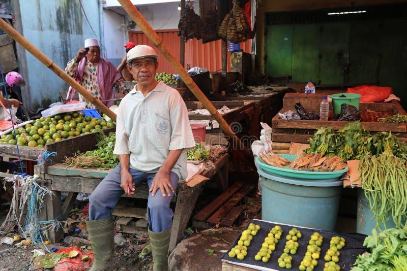 Una parada de la fruta y verdura en un mercado indonesio imagen de archivo