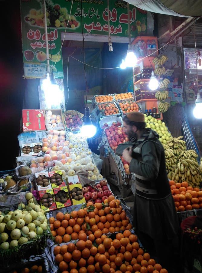 Una parada del friuit en Peshawar fotos de archivo