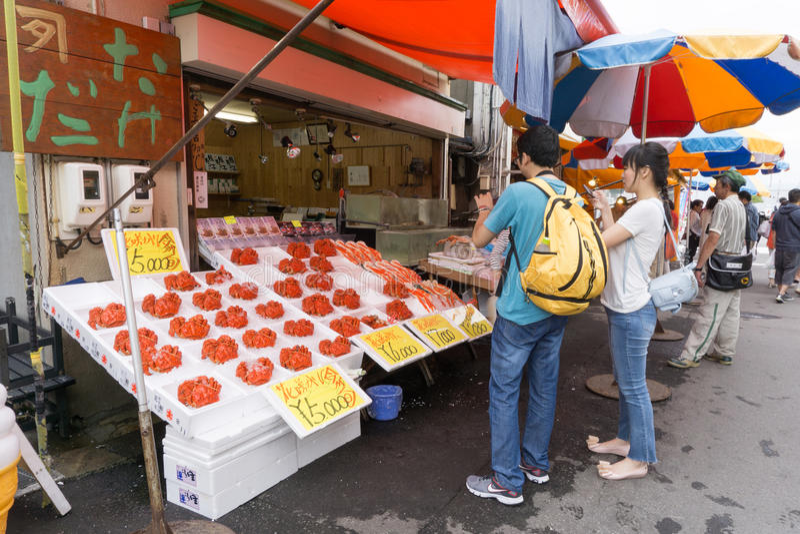 Una parada esa critica despiadadamente en el mercado de la mañana de Hakodate fotos de archivo