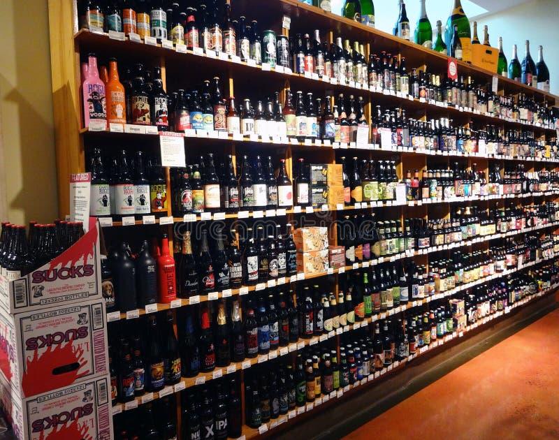 Una pared de la cerveza en un supermercado imagenes de archivo