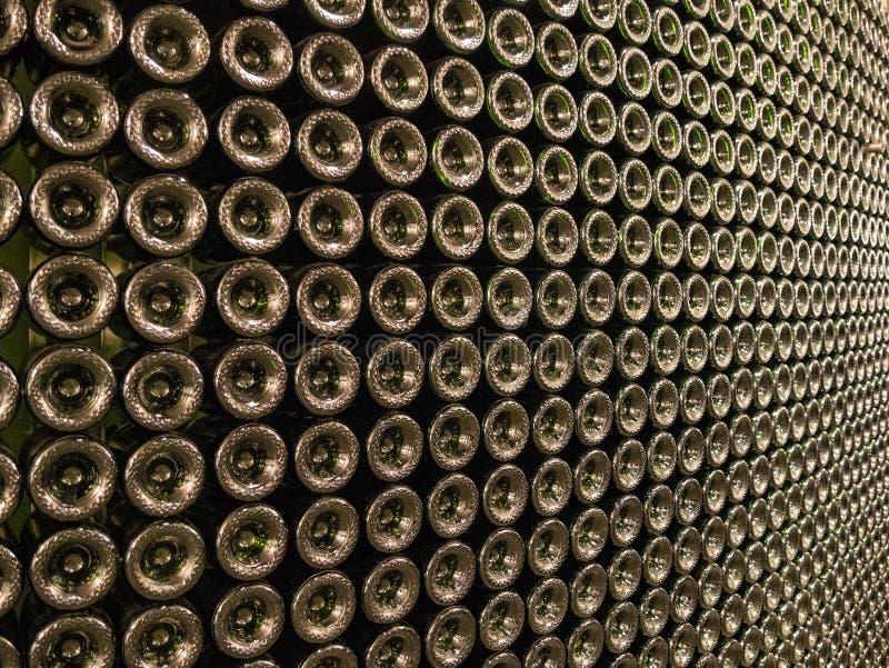 Una pared de las botellas de vino foto de archivo libre de regalías