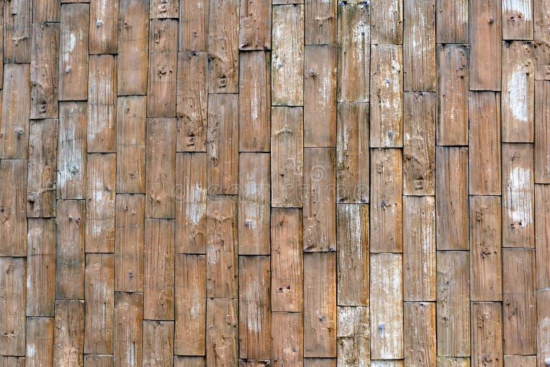 una pared de madera áspera vieja del tablón como fondo del modelo de la textura con el espacio de la copia amarillo, grunge imágenes de archivo libres de regalías