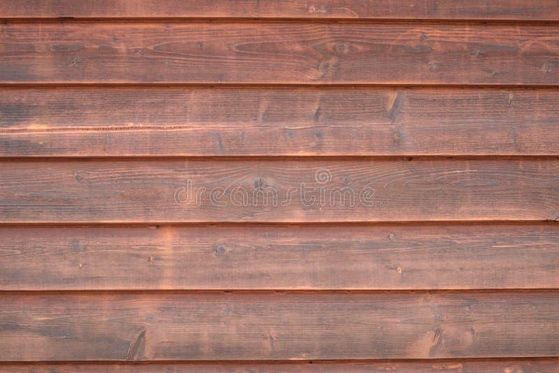 Una pared de madera anaranjada con mucha textura de una pequeña casa del control Para cualquier clase de fondo, de papeles pintad fotos de archivo libres de regalías
