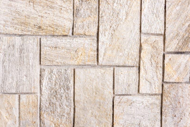 Una pared de piedra con las losas de piedra grandes imagen de archivo