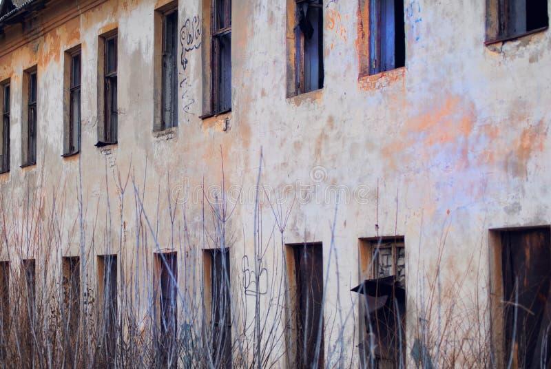 Una pared dilapidada de cuarteles abandonados foto de archivo libre de regalías