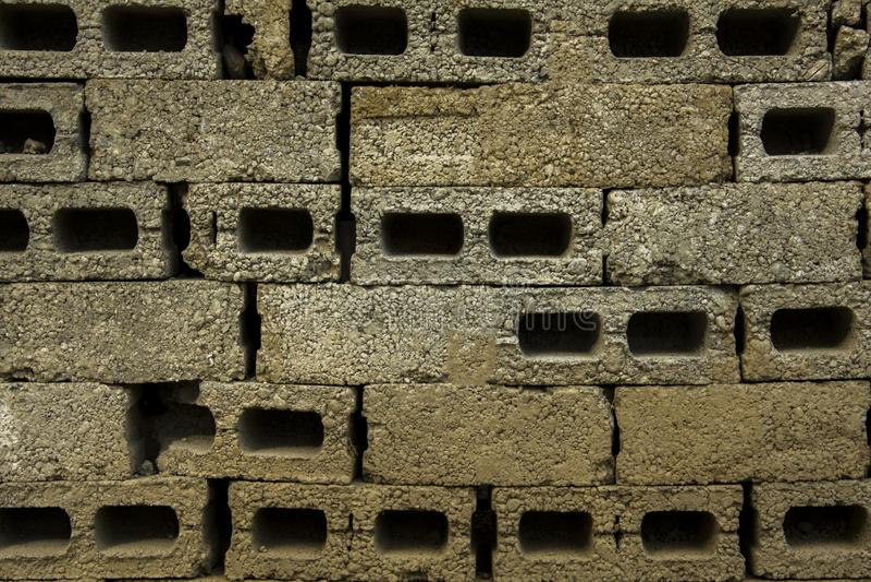 Una pared gris de ladrillos concreto-pedregosos enormes pared inacabada de ladrillos concretos Textura áspera imagen de archivo libre de regalías