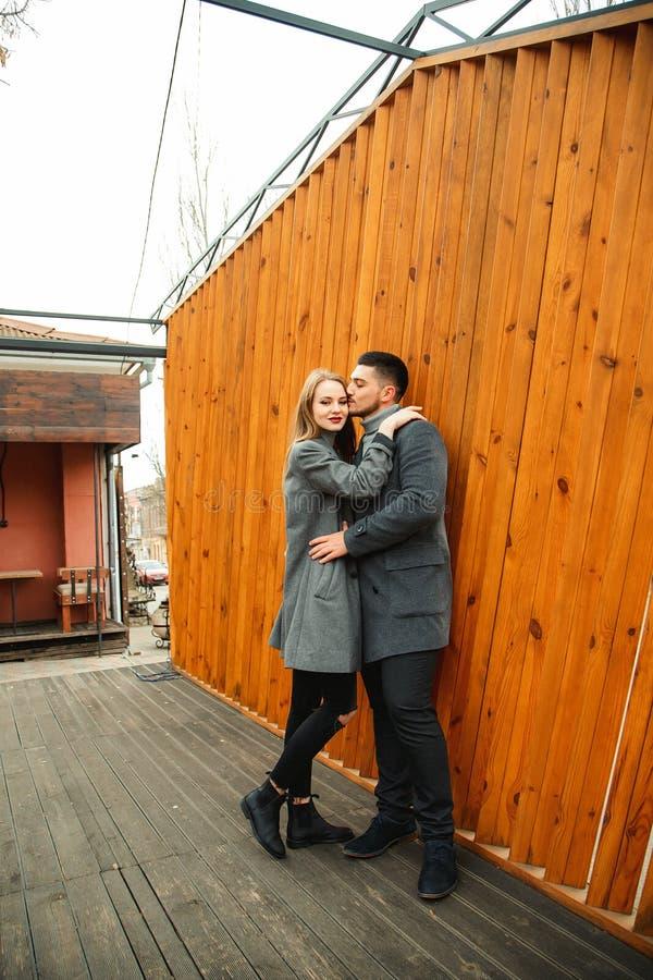 Una pareja amorosa camina en un abrigo por la calle imágenes de archivo libres de regalías